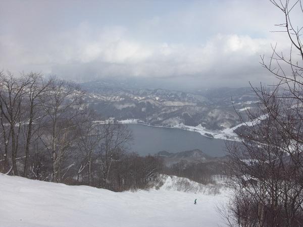 鹿島槍ゲレンデより青木湖を望む